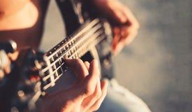 Guitare Jouez la guitare Fond de musique en direct Festival de musique Instrument sur l'étape et la bande Concept de musique élec image stock