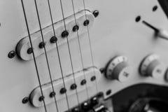 Guitare, noir et blanc électriques et vieux Photo stock