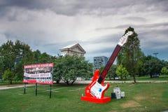 Guitare rouge avec la publicité de Vodafone au parc de ville à Lisbonne Photographie stock libre de droits