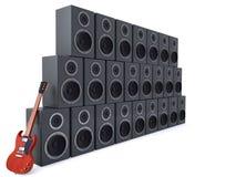 Guitare se penchant contre des haut-parleurs Image stock