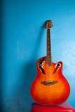 Guitare semi-acoustique classique sur le bleu Photographie stock libre de droits