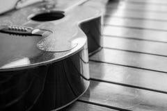 Guitare supérieure de vintage sur la vieille surface en bois. Images libres de droits