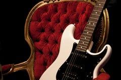 Guitare sur la chaise photo libre de droits