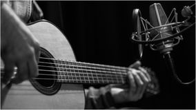 Guitare sur la session d'enregistrement à l'étude photographie stock libre de droits