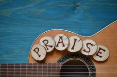 Guitare sur le bois de sarcelle d'hiver avec le mot : ÉLOGE Photo stock