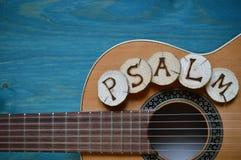Guitare sur le bois de sarcelle d'hiver avec le mot : PSAUME images stock