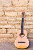 Guitare sur le mur Images libres de droits