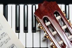 Guitare sur le piano Photographie stock libre de droits