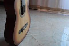 Guitare sur un endroit Images libres de droits