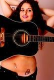 Guitare sur une femme Photos libres de droits