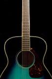 Guitare verte sur le fond noir Images libres de droits