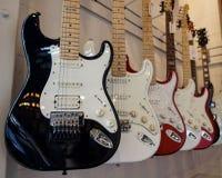 Guitares électriques accrochant dans une rangée Photo libre de droits