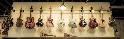 Guitares électriques accrochant dans une rangée Photographie stock