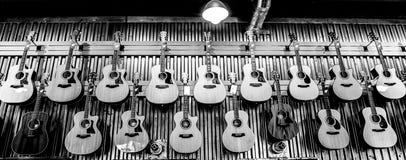 Guitares électriques accrochant dans une rangée Photos stock