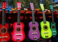 Guitares colorées à vendre par le marchand ambulant Photos stock