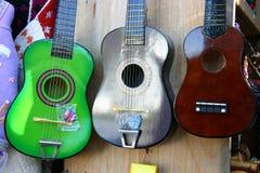 Guitares ou ukulele de jouet Images stock