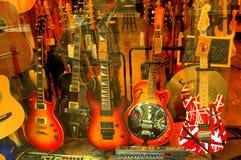 Guitares sur la fenêtre de boutique Photographie stock libre de droits