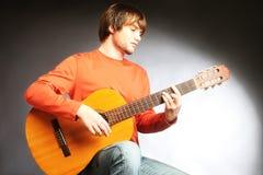 Guitariste acoustique de joueur de guitare Photo stock