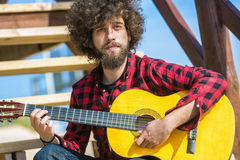 Guitariste avec la chemise de plaid Photo stock