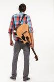 Guitariste avec la guitare sur le sien de retour images stock