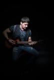 Guitariste barbu avec une guitare électrique Photo libre de droits