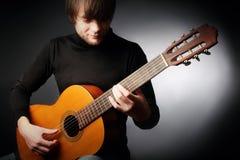 Guitariste classique de joueur de guitare acoustique Images stock