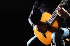 Guitariste d'isolement sur le noir Photo stock