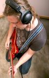 Guitariste dans le studio Photos stock