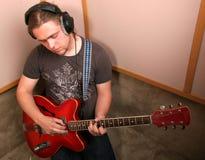 Guitariste dans le studio Photographie stock