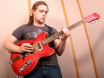 Guitariste dans le studio Photographie stock libre de droits