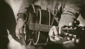 Guitariste de guitare acoustique jouant des groupes photographie stock libre de droits