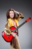 Guitariste de guitare acoustique jouant des groupes Images libres de droits