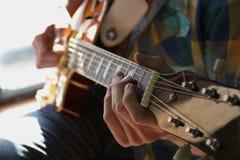Guitariste de guitare acoustique jouant des groupes Photographie stock