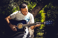 Guitariste de guitare acoustique jouant des groupes images stock
