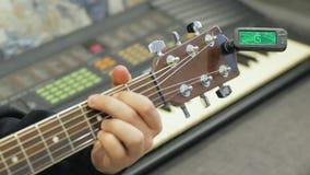 Guitariste de guitare acoustique jouant des groupes clips vidéos