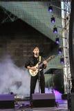 Guitariste de roche dans la scène fumeuse Photographie stock libre de droits