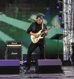 Guitariste de roche de la parole sur l'étape photos libres de droits
