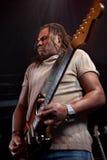 Guitariste de roche exécutant sur l'étape Photographie stock
