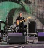 Guitariste de roche sur l'étape parmi l'équipement photo libre de droits