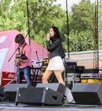 Guitariste et jeune chanteur sur l'étape photo libre de droits
