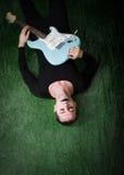 Guitariste gothique se couchant Images libres de droits