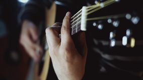 Guitariste jouant la fin de guitare acoustique  banque de vidéos