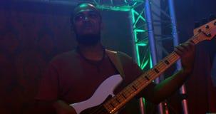 Guitariste jouant la guitare sur l'étape 4k banque de vidéos