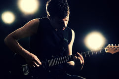 Guitariste jouant sur la scène photo stock