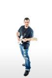 Guitariste Musician sur le blanc regardant en avant Photographie stock libre de droits