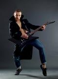 Guitariste passionné jouant sa guitare électrique Photographie stock