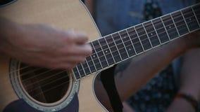 Guitariste Playing sur la guitare acoustique sur la rue clips vidéos