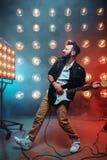 Guitariste solo de mâle avec l'électro guitare Photographie stock