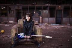 Guitariste sur le bâtiment abandonné Images stock