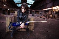 Guitariste sur le bâtiment abandonné Images libres de droits